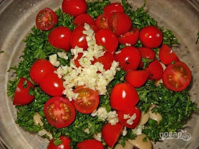 Петрушку соедините с половинками помидорок, фасолью и измельчённым чесноком.