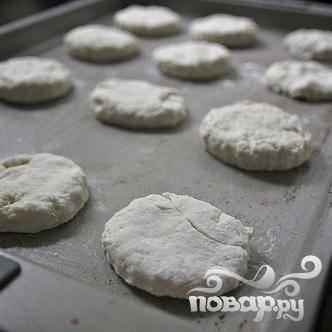 4. Выложить печенье на смазанный маслом противень  и выпекать в течение 13-15 минут, до золотисто-коричневого цвета.