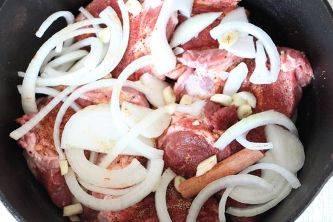 В мульткастрюлю на дно положите лук, сверху мясо, затем опять лук, сверху разложите картофель.