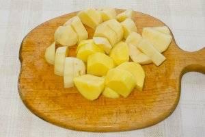 Доводим до кипения овощной бульон. Добавляем  порезанный крупными кубиками картофель.
