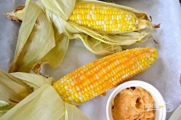 С початков снимите кожицу. Кукурузу смазывайте солью и обмакивайте в соус. Приятной дегустации!