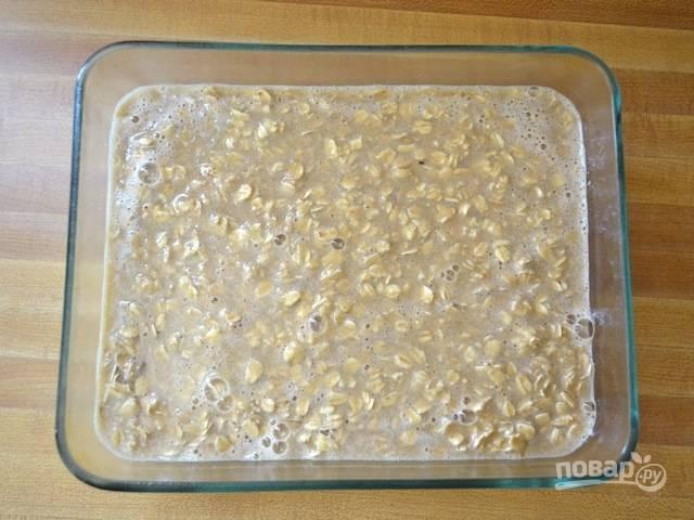 7.Вылейте подготовленную смесь поверх яблочного слоя.