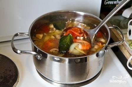 Как только креветки поменяют свой цвет на красный - выключаем плиту. Даем супу минут 4-5 настояться, и подаем к столу. Зелень кинзы добавляем в тарелки с супом.