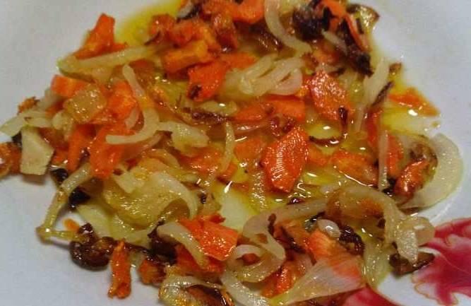 В оставшемся после сала жиру обжариваем лук до золотистого оттенка, затем добавляем морковь.