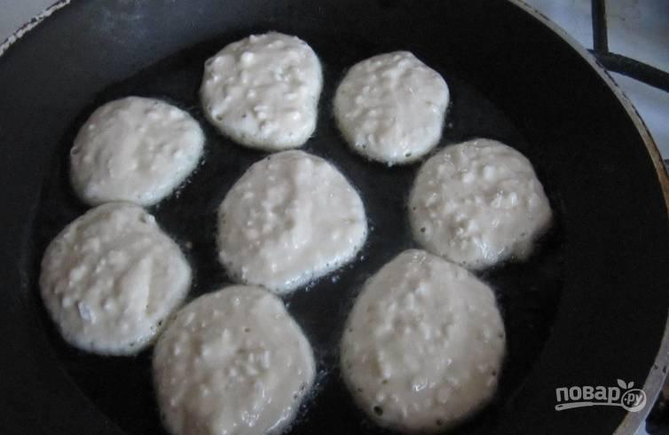Разогреваем в сковороде масло. При помощи столовой ложки выкладываем тесто на сковороду.