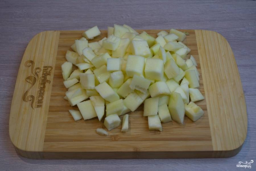 Для приготовления икры нам необходимо взять кабачки. Лучше всего использовать крупные, удалить шкурку и семена. Мякоть кабачка нарезать кубиками.