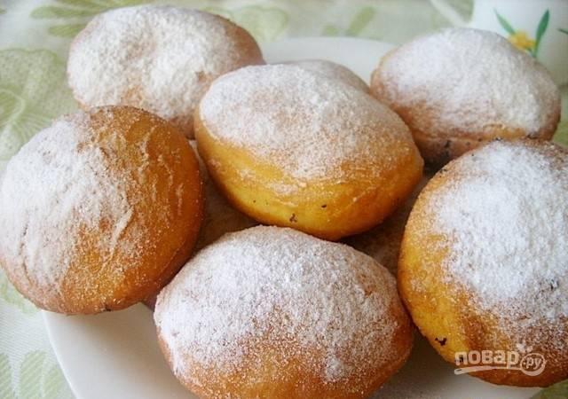 Подавайте пончики с сахарной пудрой. Приятного чаепития!