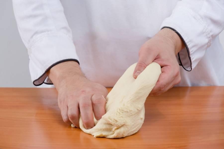 4. Когда тесто увеличилось в два раза - еще раз быстро его вымесим и делим на две части.