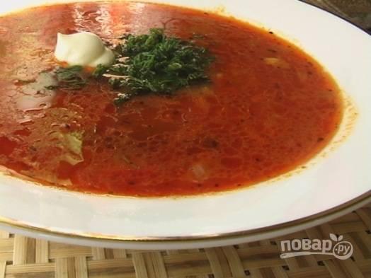 Дайте пару минут супу харчо настояться и разливайте по тарелкам. Сверху посыпаем мелко нарезанной зеленью.