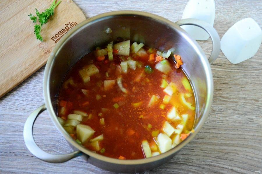 Практически сразу отправьте в кастрюлю томатный сок. Тогда же добавьте куркуму, итальянские травы и соль с перцем.