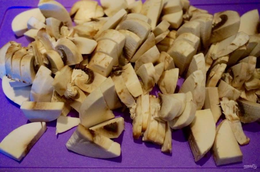 1. В моей семье такой салат из консервы готовят по любому поводу. Он простой, легкий, сытный и очень вкусный. В основном я беру сардины или скумбрию, но в данном рецепте - это тунец. Для начала нам нужно очистить и нарезать грибы.
