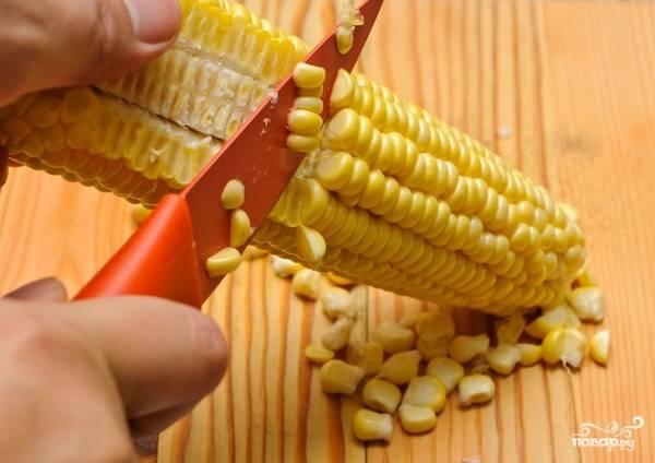 1. Вымойте и обсушите початки. Острым ножом срежьте зерна. Также можно использовать в рецепт приготовления кукурузного крем-супа консервированную кукурузу.