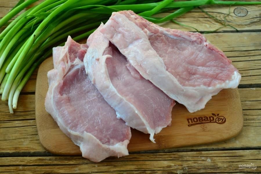 Корейку порежьте между косточками на ломти. Как видите, ломти получаются довольно толстыми, это даже хорошо, так мясо получится сочнее.