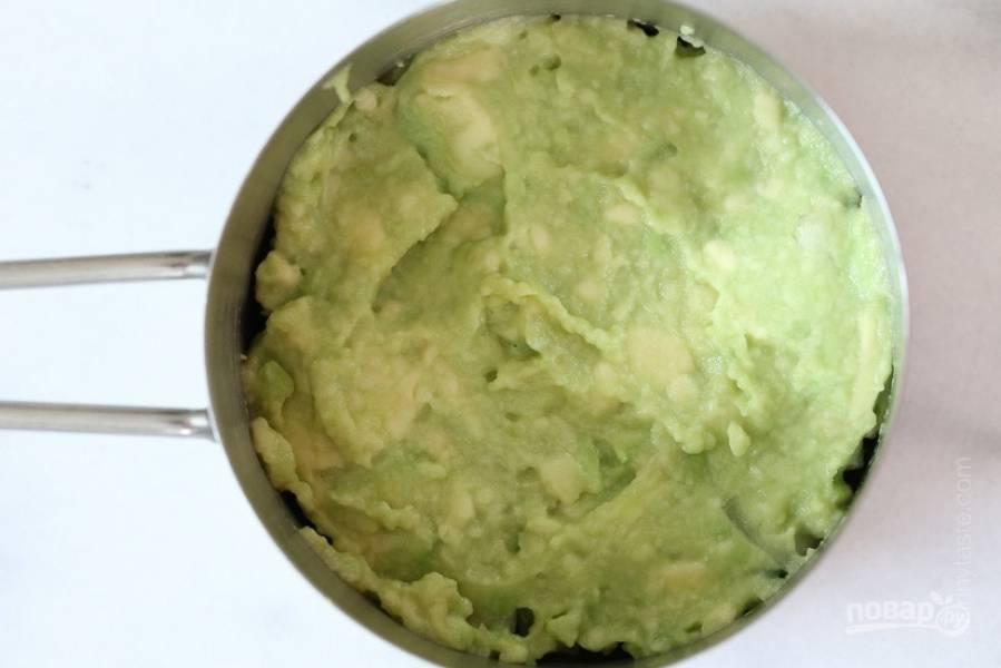 2.Очистите авокадо и разрежьте пополам, удалите косточку и измельчите его в пюре, выложите следующим слоем.