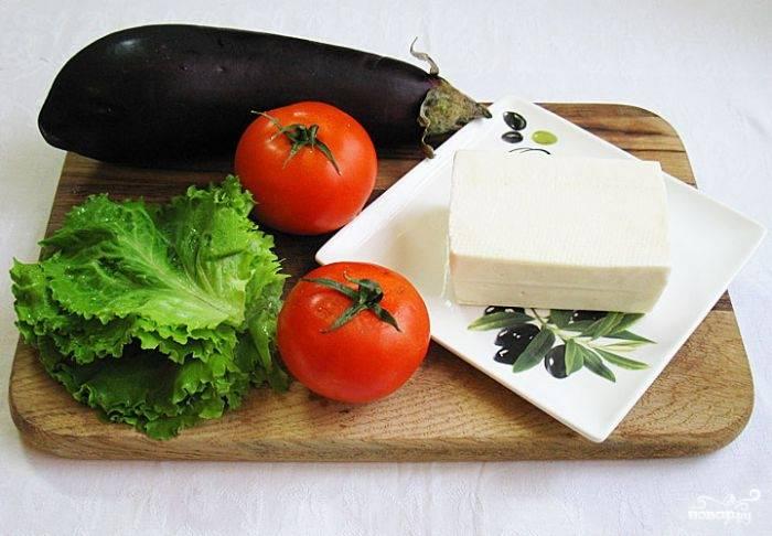 Подготовьте ингредиенты. овощи помойте, брынзу и помидоры порежьте аккуратными кружочками.