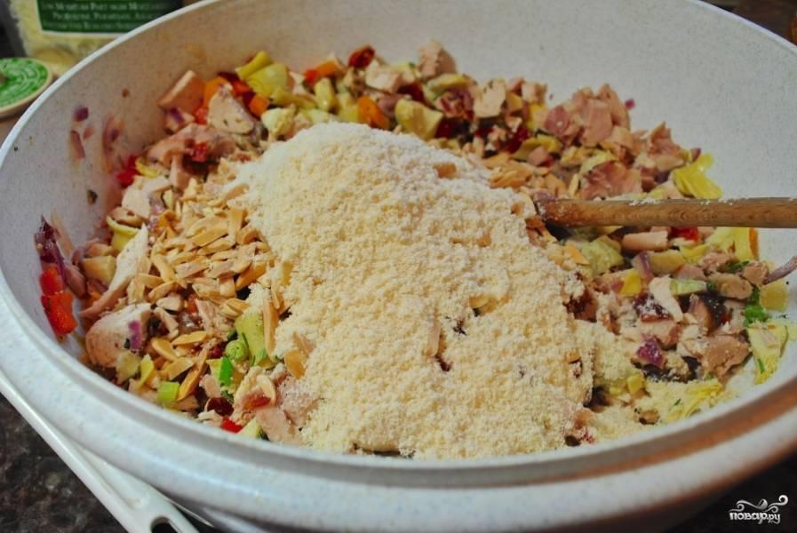 Смешайте все уже готовые ингредиенты с мелко рубленной курицей и смесью сыров в большой салатнице.