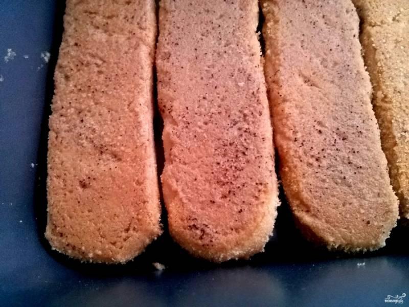 Печенье опустите в охлажденный кофе с коньяком на 1 секунду, встряхните и выкладывайте на дно формы. У меня форма 10*20 см. При подаче десерта детям коньяк не добавляйте.