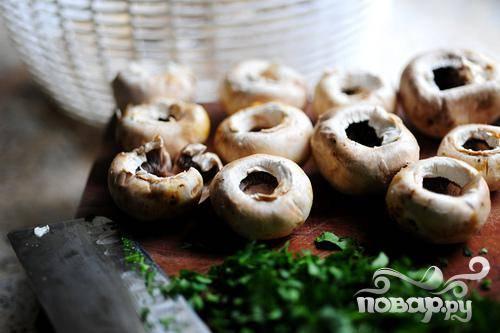 Чистим, промываем грибы. Нам понадобятся только шляпки.