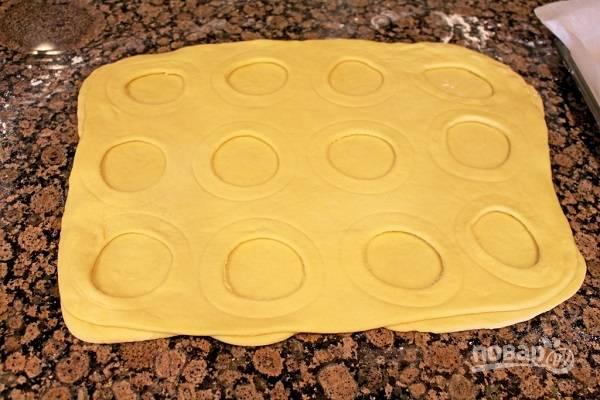 14. Аккуратно вырежьте кружочки меньшего объема из верхнего пласта и выньте их.