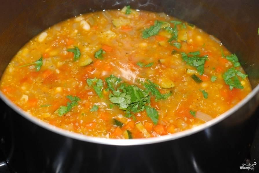 Готовый суп из киноа сбрызните лимонным соком, посолите и поперчите по вкусу. Добавьте зелень рубленую.