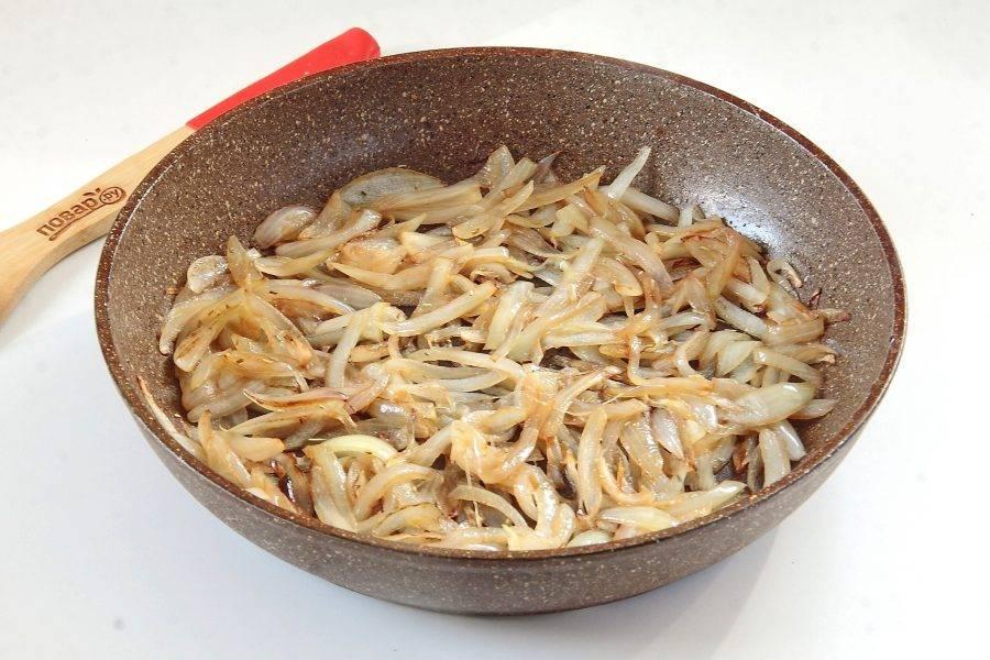 Добавьте соевый соус, розмарин и слегка карамелизируйте лук.