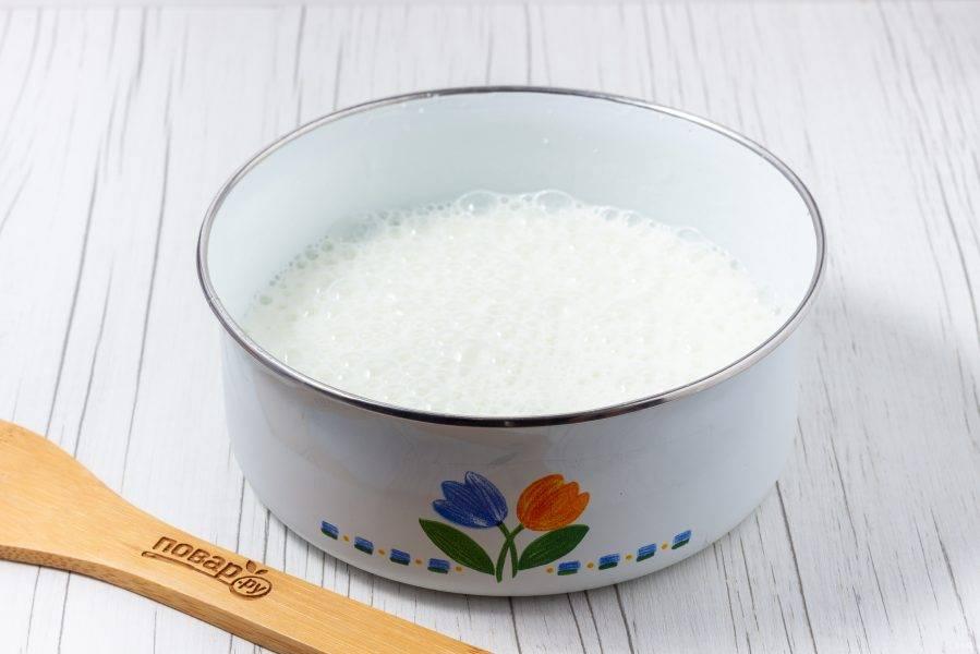 Кефир перелейте в удобную миску. Добавьте соду, соль, сахар. Взбейте миксером.