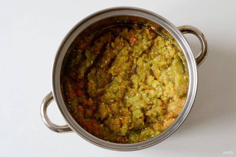 Пропустите овощи через мясорубку.