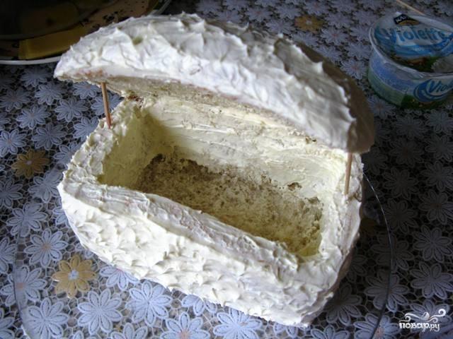 Смешайте чеснок со сливочным сыром и измажьте сливочным сыром всю буханку хлеба.