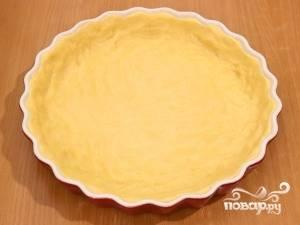 5.Форму для выпекания смазываем маслом (можно также застелить её бумагой для выпечки), укладываем в неё полученное тесто, формируя при этом бортики.