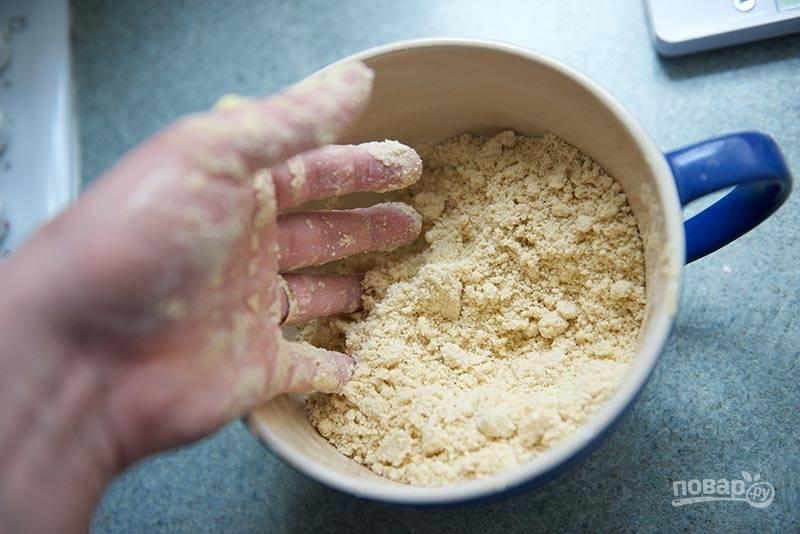 2. Разотрите в однородную крошку. Добавьте щепотку соли.