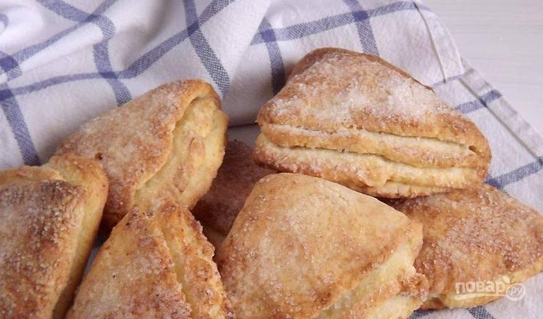 Выложите все печенье на противень. Поставьте его в духовку, разогретую до ста восьмидесяти градусов, и запекайте двадцать минут.