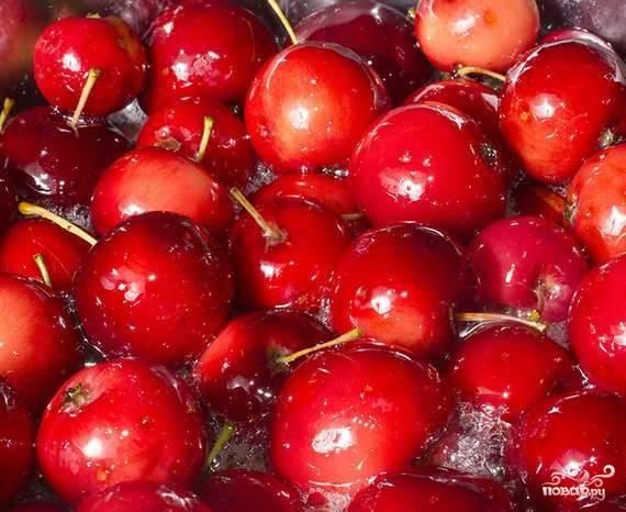 Из воды и сахара сварите сироп (варите до полного растворения сахара). Залейте им яблоки на сутки.