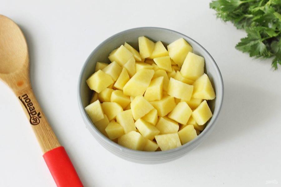 И нарезанный небольшими кубиками картофель. Варите все вместе до готовности всех ингредиентов.