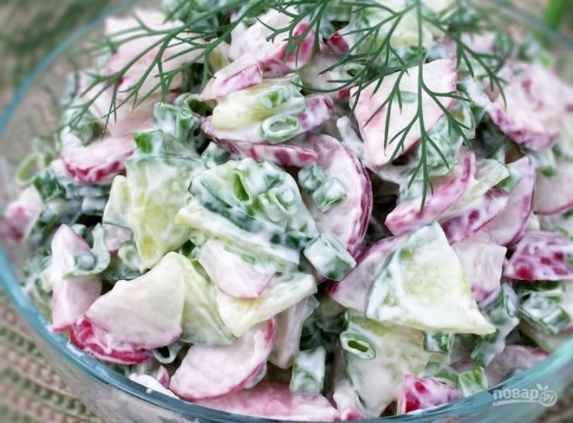Заправьте салат сметаной. Хорошо перемешайте. Приятного аппетита!