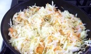 3. Выдавите с помощью пресса чеснок. Добавьте его к остальным овощам в сковородку. Приправьте паприкой. Посолите. Выложите томатную пасту. Долейте небольшое количество воды. Овощи перемешайте. Сделайте тише огонь. Тушите в течение 20-25 минут под крышкой.
