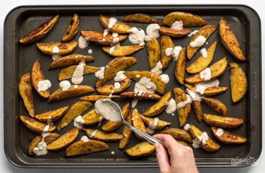 5. На готовый картофель выложите соус.