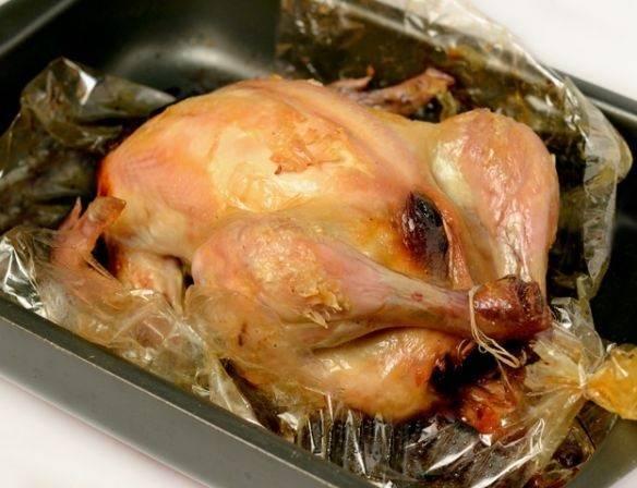 Готовность курицы проверьте зубочисткой. Если хотите, чтобы курица еще больше зарумянилась, уберите рукав и запекайте просто на противне еще 15 минут.
