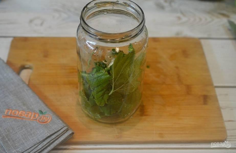 2. Банки ошпарьте кипятком и выложите по листу смородины, вишни и 1/3 хрена на дно. Добавьте перец душистый.
