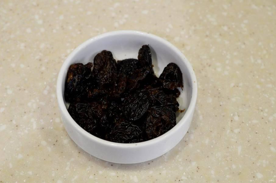 3. Выложите чернослив в жаропрочную форму.
