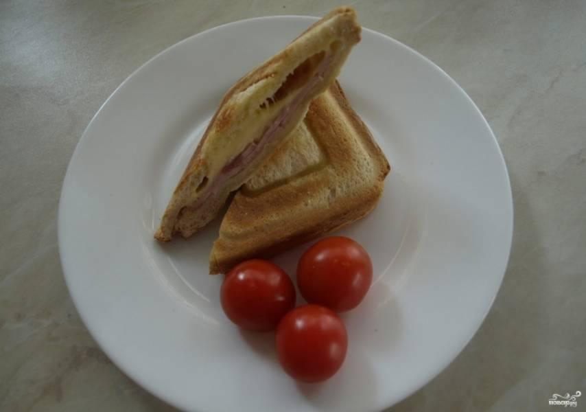 3. Теперь каждый сэндвич разрезаем вдоль, получим красивую и вкусную горячую закуску!