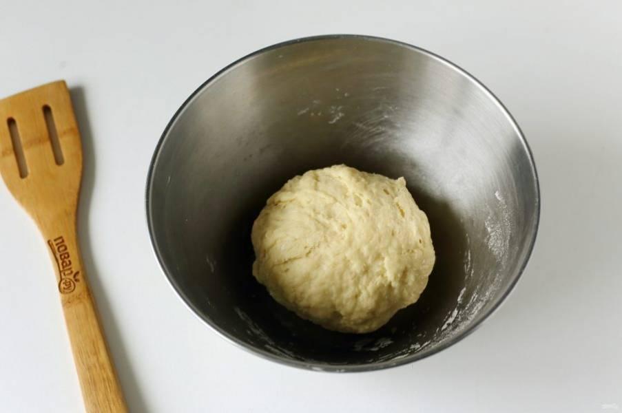 Замесите мягкое тесто, которое не липнет к рукам. Соберите его в шар, накройте полотенцем и оставьте на 20 минут.