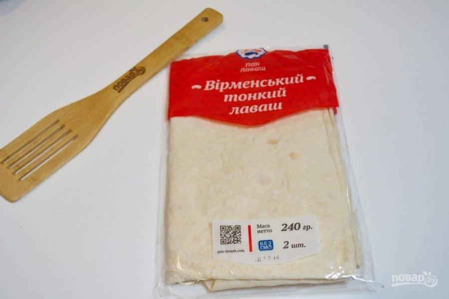 1. Для приготовления блюда возьмите армянский тонкий лаваш. При покупке лаваша выбирайте лаваш удлиненной формы (прямоугольник или овал). У меня достаточно длинный лаваш. На такой пирог их хватает 2 штуки. Если ваши куски лаваша меньше, то и количество лавашей следует увеличить.
