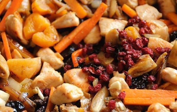 7. К обжаренным овощам с курицей всыпать соль и специи по вкусу. Добавить барбарис при желании.