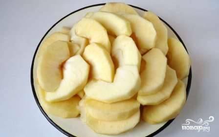 Яблоки очистим и нарежем дольками.