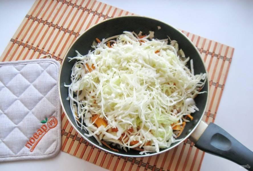 Капусту нарежьте тонкой соломкой и добавьте в сковороду к остальным овощам. Посолите по вкусу, налейте воду, накройте крышкой и тушите овощи почти до готовности, периодически перемешивая, на огне чуть ниже среднего.