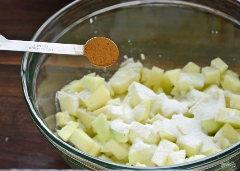 Добавьте муку, сахар (2 ст. л.) и корицу.