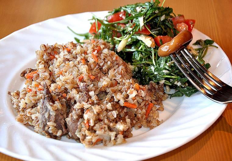 Подаем гречневую кашу с тушенкой и овощами к столу. В качестве дополнительной закуски подаем маринованные грибочки. Приятного аппетита!