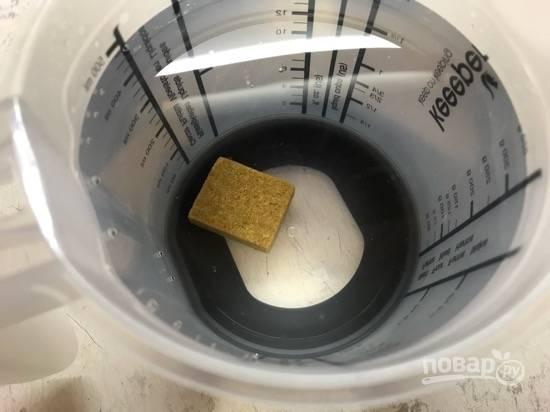 3. Сделайте овощной бульон, растворив один бульонный кубик в 500 миллилитрах воды.