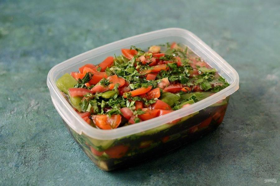 Залейте холодным рассолом овощи. Поставьте гнет, оставьте на 4-8 дней при комнатной температуре.