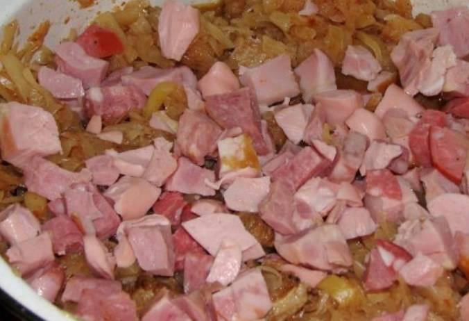 В конце добавьте колбасу, порезанную мелкими кусочками, а также соль и сахар. Перемешайте и через 5 минут снимите с огня.